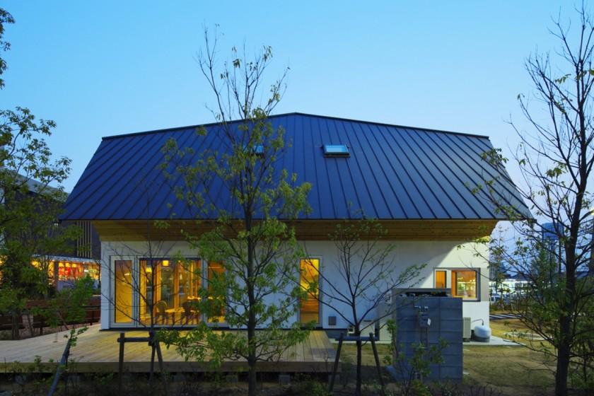 「ガマンしない」に貪欲な家の記事に出てくる奈良県橿原市にある、木灯館(ことぼしかん、2012)。日本の伝統的な土壁+竹小舞の壁をパッシブハウスレベルの高断熱・高気密仕様に進化させたもの(写真:KEY ARCHITECTS)