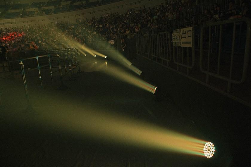 横浜アリーナのフロアを立体的に演出するこのLEDライトも、ソーラーでまかなわれている