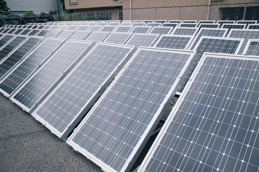 会場である横浜アリーナの裏手には150枚のソーラーパネルを設置。駐車場を借り切り充電中